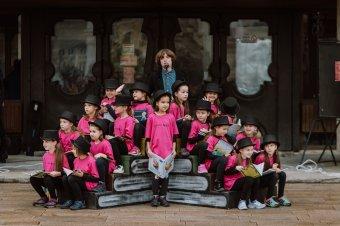 Táncos előadással nyílt meg a jubiláló marosvásárhelyi könyvvásár</h2>