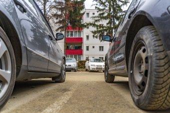 Nem szabályozzák, hogy ki parkolhat a tömbházak mellé