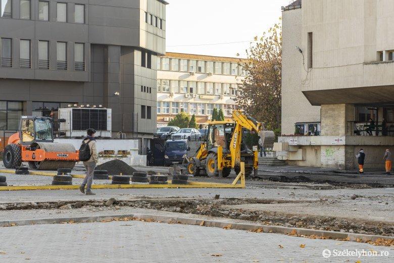 Felújítás miatt nyolcvan belvárosi parkolóval kevesebbel kell számolniuk a marosvásárhelyieknek