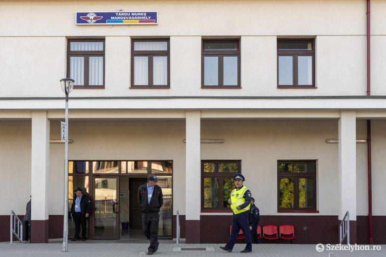Ellenőrzés a tetőfokon: rendőrök nézték meg a vonaton az utasok jegyeit