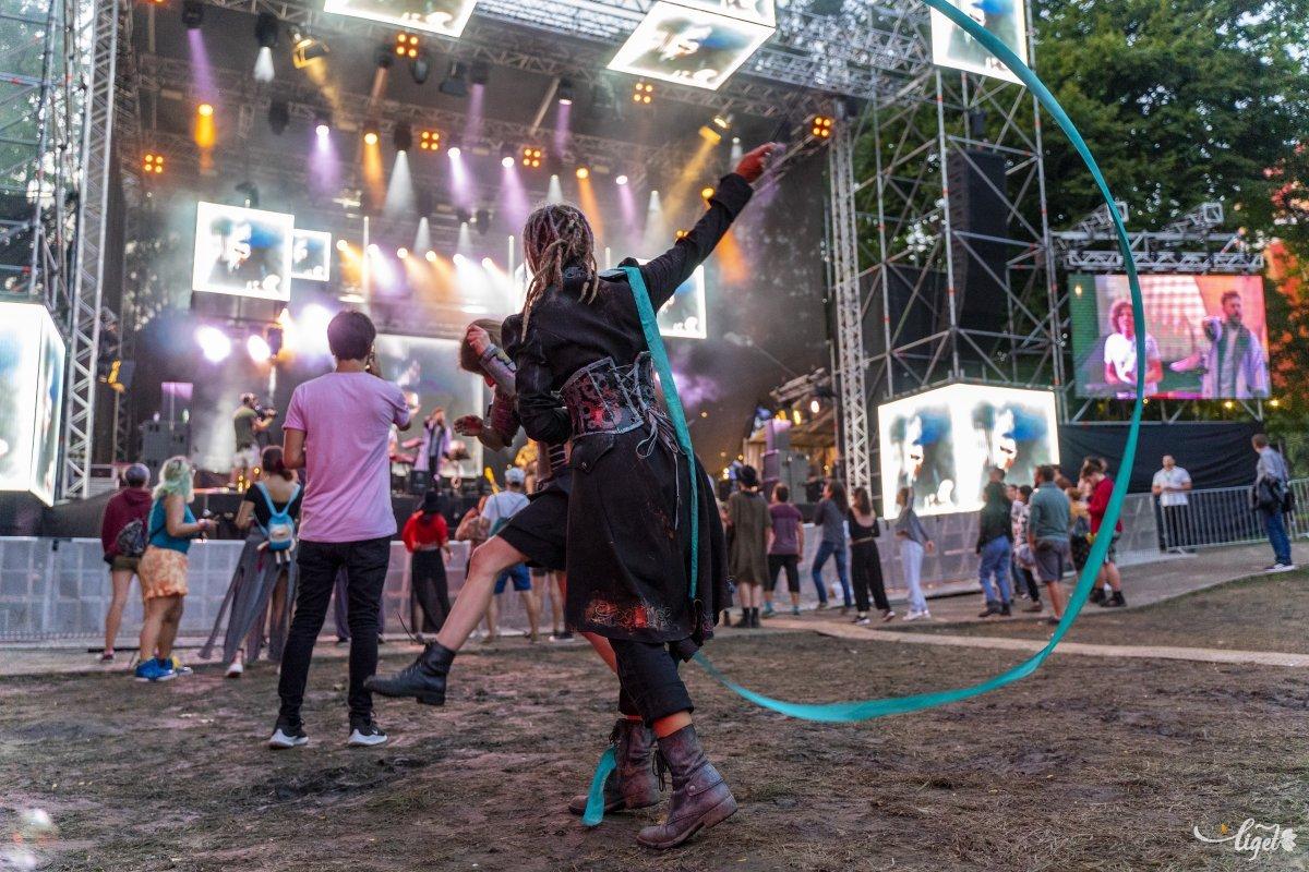 A nagyszínpad  előtt kora délután már gyűlt a tömeg •  Fotó: Haáz Vince