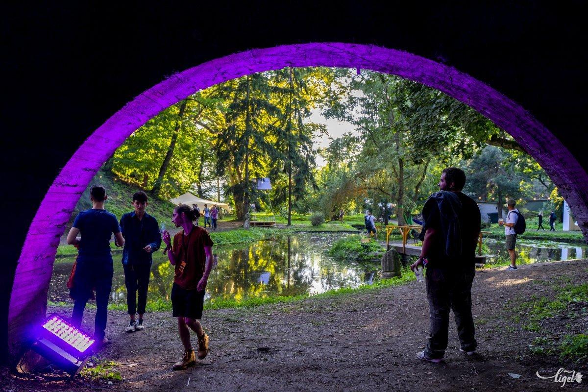 A megvilágított híd és a tavirózsás kis tavacska •  Fotó: Haáz Vince