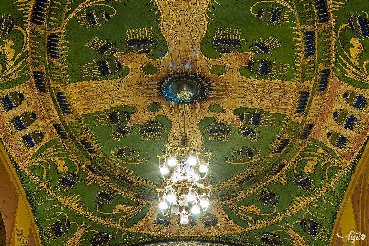 Keleti hatású ez a tér a sárga mintázatú ablakokon beszűrődő és a kupolák közepén függő csillárok fénye •  Fotó: Haáz Vince