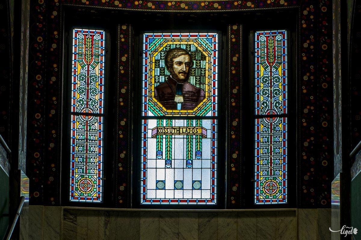 A Róth Miska műhelyében készült festett üvegablakokról is híres az épület •  Fotó: Haáz Vince