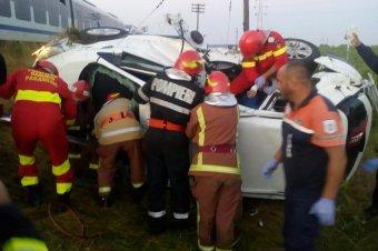 Autóval ütközött egy vonat Szászrégen határában, a gépkocsi egyik utasa életét vesztette, hárman megsebesültek