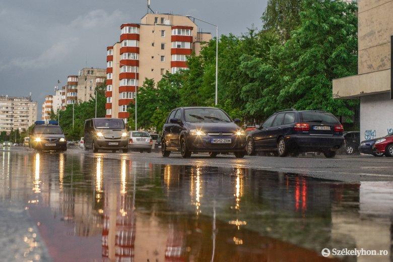 Elárasztotta az utcákat, kicsavarta a fákat, áram nélkül hagyta a lakókat a hirtelen jött vihar