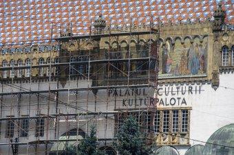 Felállványozták a Kultúrpalotát, de nem zárják le teljesen a látogatók elől