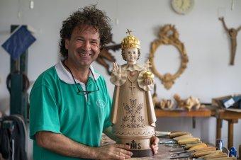 Gyermek Jézus a pápának – ezer árva gyerektől kapja ajándékba a szentatya Csíksomlyón a faragott szobrot