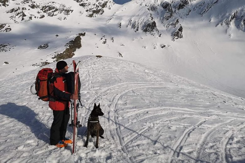 Négyes fokozatú lavinaveszélyre figyelmeztetnek a Kelemen-havasokban a hegyimentők