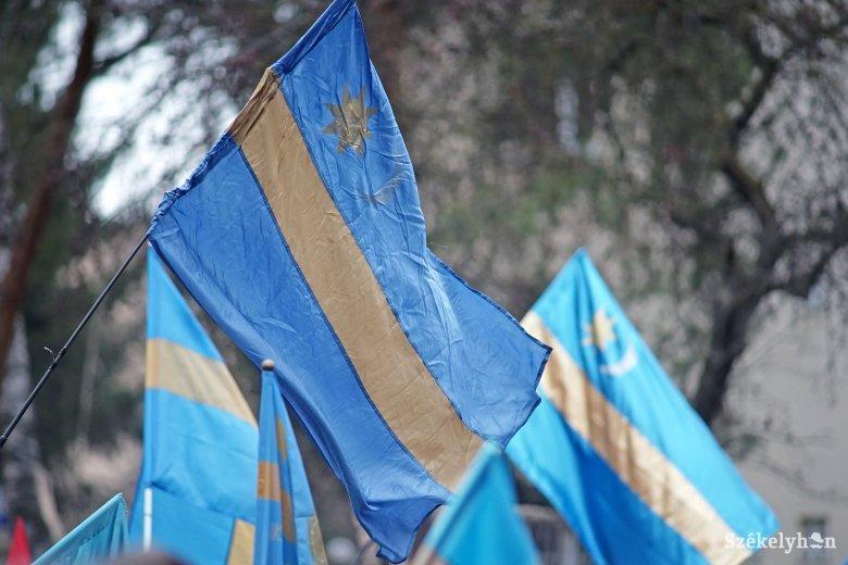 """Egyfajta tiltakozás: székely zászlókat """"adnak örökbe"""" Székelykeresztúron"""