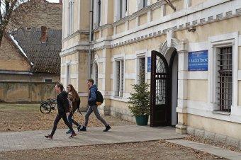 Erkölcsi győzelem a marosvásárhelyi iskolaügyben: visszaküldte a bíróság a katolikus iskola létrehozói elleni vádiratot