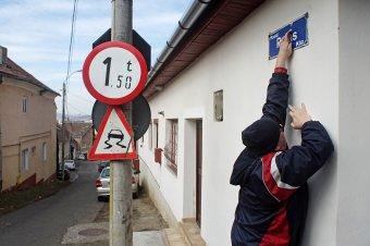 Egy év sem volt elég a táblacserékre – lapunk munkatársai javították ki az utcanevek helyesírási hibáit Marosvásárhelyen