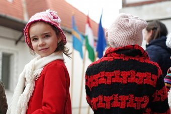 Gyermekvállalás ösztönzésével a demográfiai katasztrófa ellen – Bukarest is ellesheti a magyar családtámogatási modellt