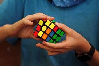A lehetőségek variációja – emberileg és szakmailag is fejlődnek a brassói Rubik-kocka kirakó bajnokságon részt vevő diákok