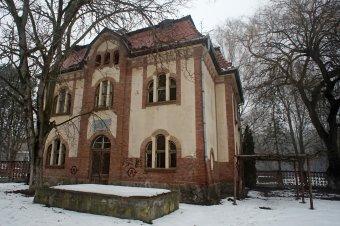 Bölcsőde a lepusztult műemlék épületben: megmentenék a Bernády idejében épült víztelepi szolgálati lakásokat Vásárhelyen
