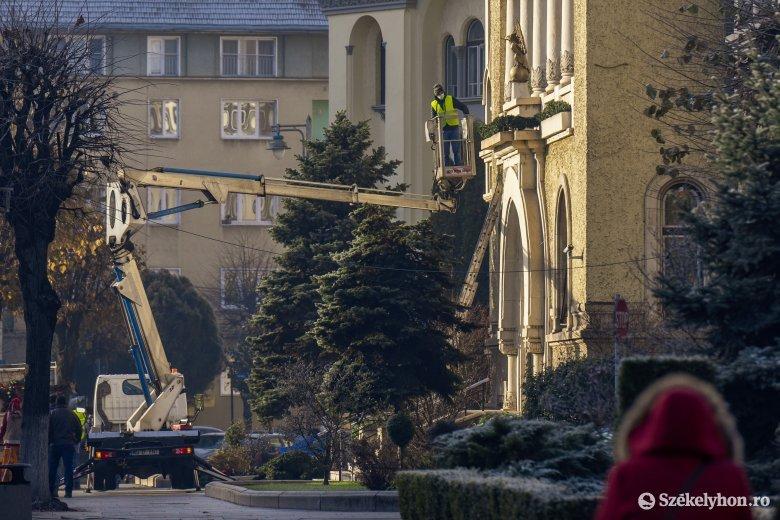 Helyére kerül a karácsonyfa, hétvégétől pedig ünnepi fényekben fog ragyogni Marosvásárhely