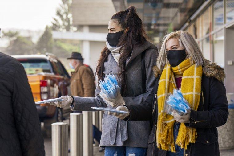 Ezúttal is több helyszínen ajándékoztunk védőmaszkokat – videó
