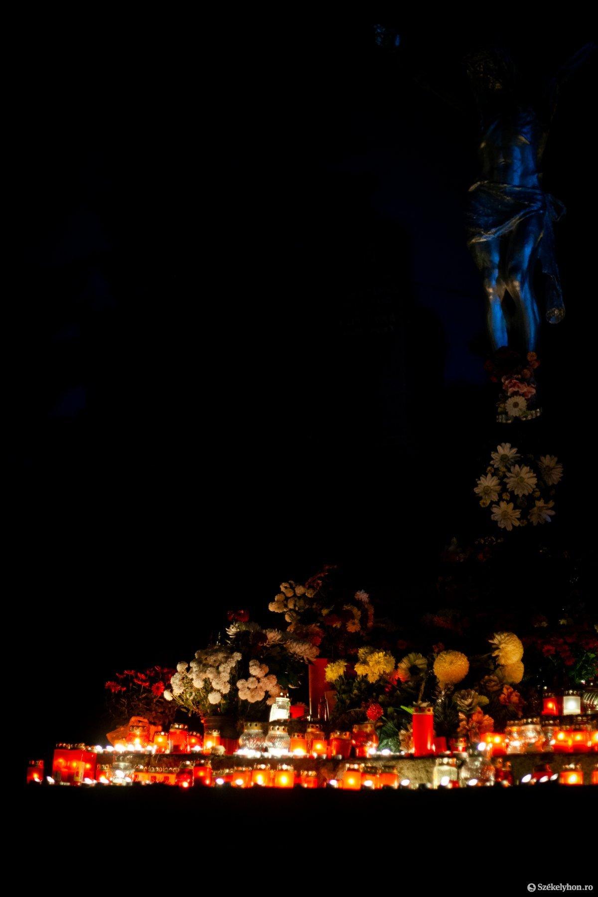 https://media.szekelyhon.ro/pictures/vasarhely/aktualis/2020/02_november/o_halottak-napja-2020-vasarhely_rz-16.jpg