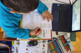 Csaknem háromezer óvodai csoportban és iskolai osztályban tértek át online oktatásra koronavírus-fertőzés miatt