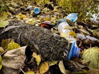 Csaknem 200 házkutatás a szemetet a természetbe ürítő, 17 megyében jelen lévő Maros megyei cég ügyében