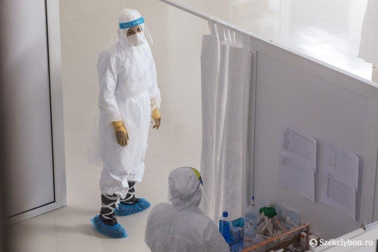 Kis híján tízezer új fertőzött, ismét rekordot döntött az intenzív osztályokon kezeltek száma