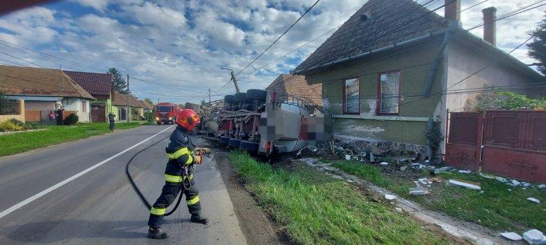 Felborult, majd lakóháznak csapódott egy teherautó