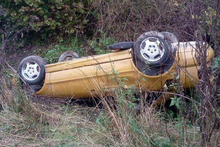 Felborult az autó, szerencséjük volt az utasoknak