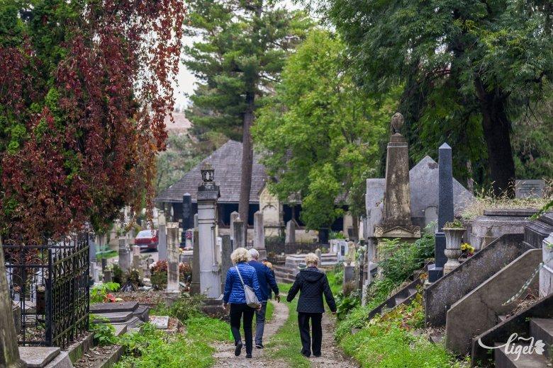 Látogathatók a temetők, a járványügyi előírások betartásával