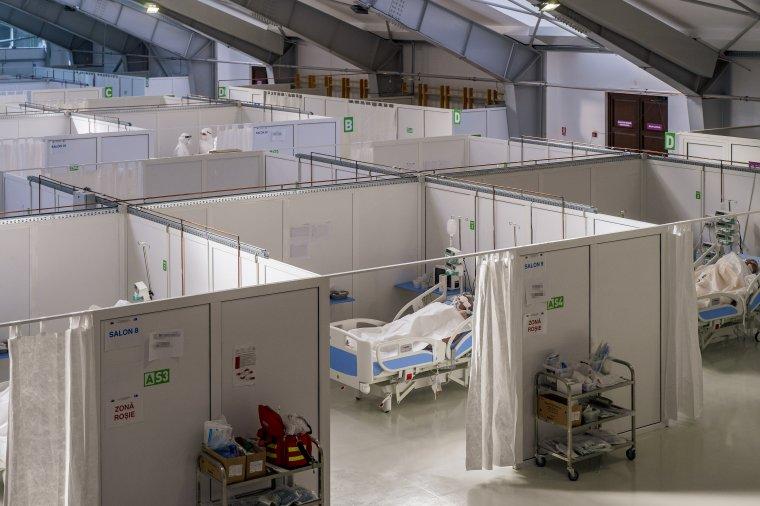 Nem tudják kellőképpen kifűteni a sportcsarnokban kialakított kórházat, máshová kell szállítani a betegeket