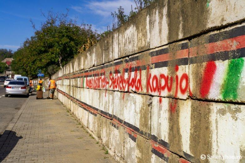 """Ezt benézték a """"falfirkászok"""": nem elég, hogy helytelenek a magyar feliratok, """"olasz"""" zászlót festettek melléjük"""