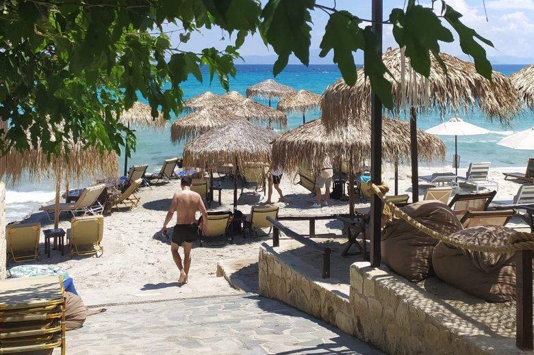 Nem zavar a pincér a görög tengerparton
