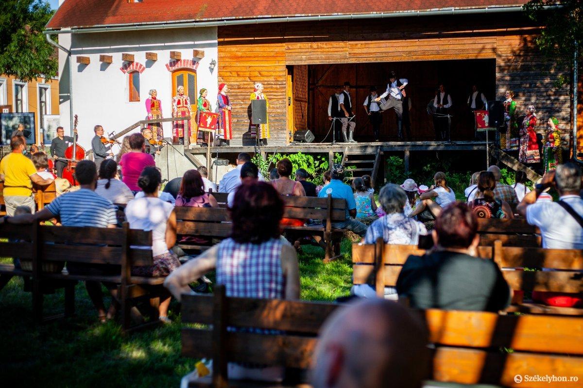 https://media.szekelyhon.ro/pictures/vasarhely/aktualis/2020/05_augusztus/o_romai-fesztival-2020_mikhaza_rz-10.jpg