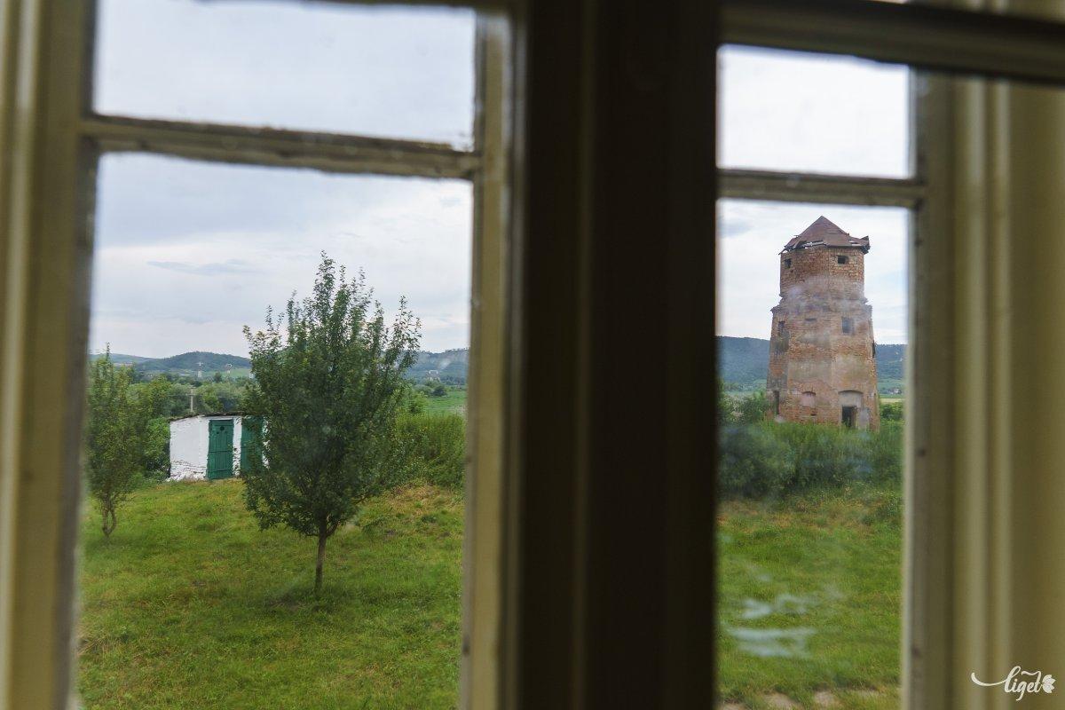 A víztorony az egyik ablakból •  Fotó: Haáz Vince