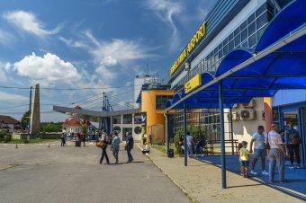 Új célállomásokra indulnak járatok a marosvásárhelyi repülőtérről