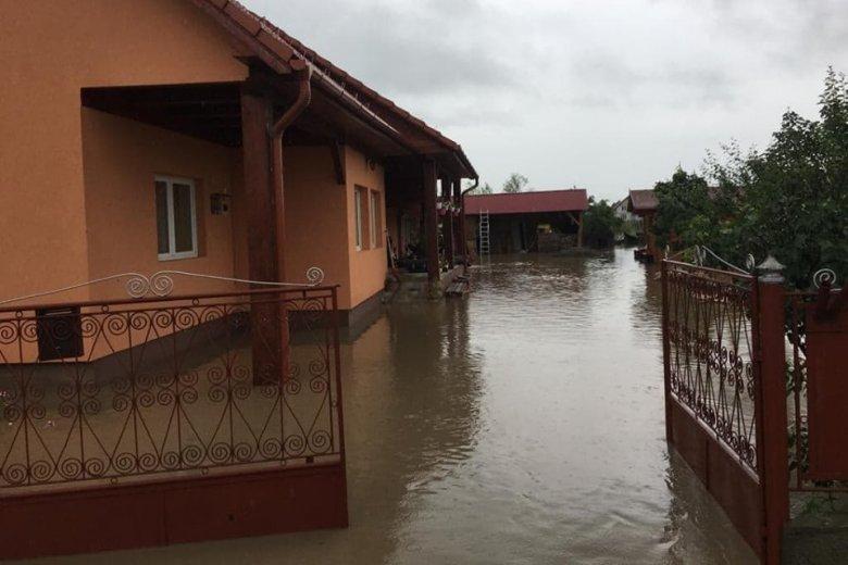 Száz gazdaság víz alatt, folyamatosan zuhog az eső