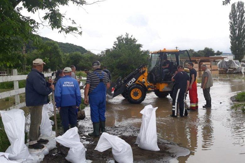 Homokzsákokkal védik a gazdaságokat az árvíz ellen Nyárádszeredában