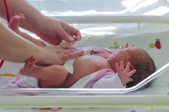 Láthatják csecsemőiket a fertőzött kismamák – Módosult a baba-mama kapcsolatnak ártó kórházi COVID-protokoll