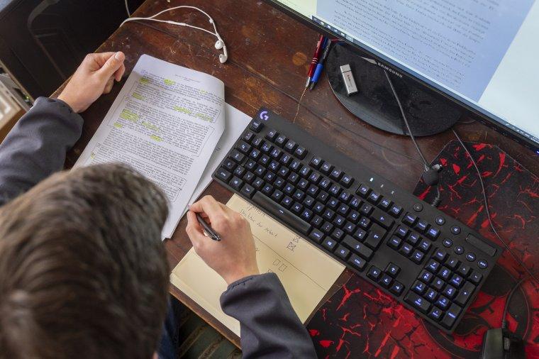 Online folytatják mától a tanulást a végzős osztályok diákjai