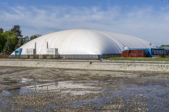 Elúszó marosvásárhelyi álmok: Dorin Florea bontásra ítélte a víkendtelepi olimpiai medence sátortetejét