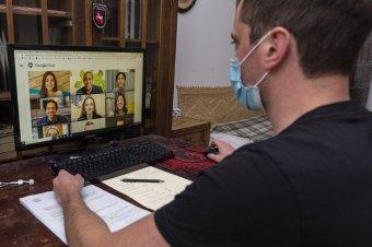 Jóváhagyta a parlament, rendkívüli állapot esetén online is folyhat az oktatás