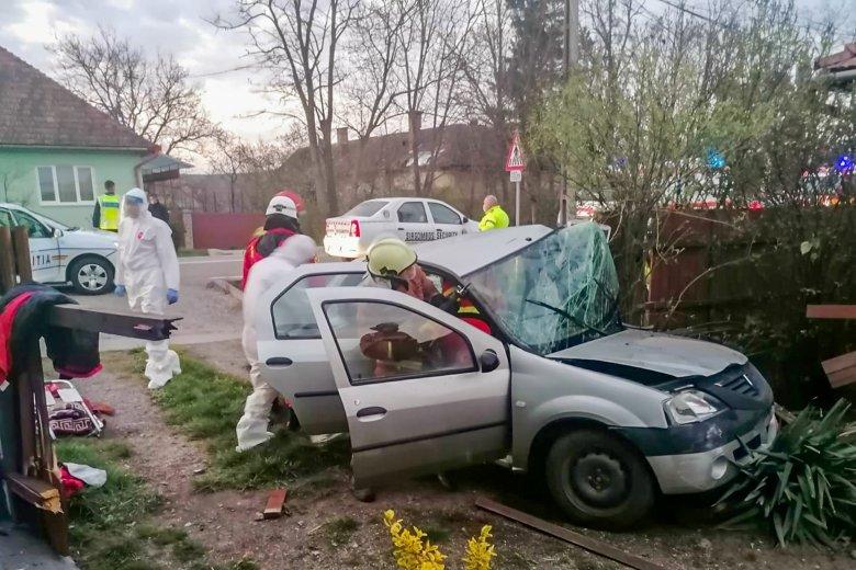 Életveszélyes állapotba került az oszlopnak ütközött autó sofőrje