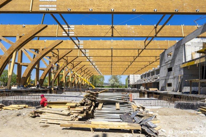 Látványos az épülő marosvásárhelyi olimpiai méretű uszoda