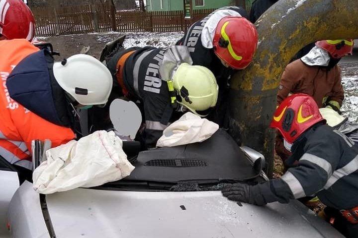 Belehajtott a gázvezetékbe, súlyos sérülésekkel emelték ki a roncsból