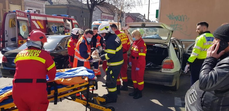 Két autó ütközött, hárman sérültek meg