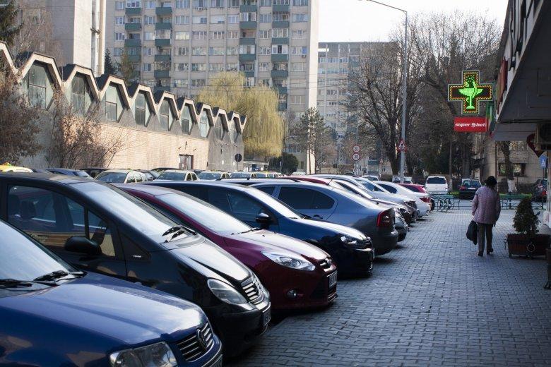 Mégsem ingyenes a parkolás, de nincs, aki büntesse az autósokat