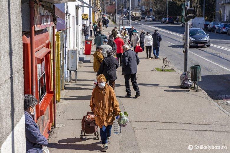Amikor kirajzanak az idősek: sorbanállás, beszélgetés, üzletmustra