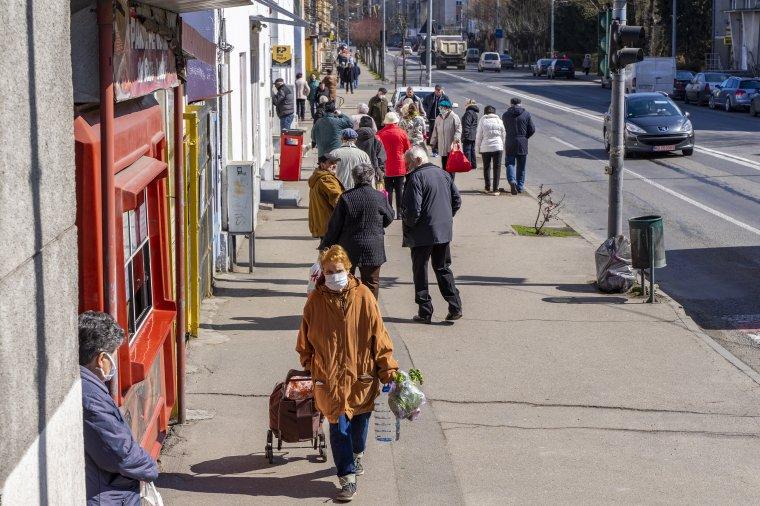 Amikor kirajzanak az idősek: sorban állás, beszélgetés, üzletmustra