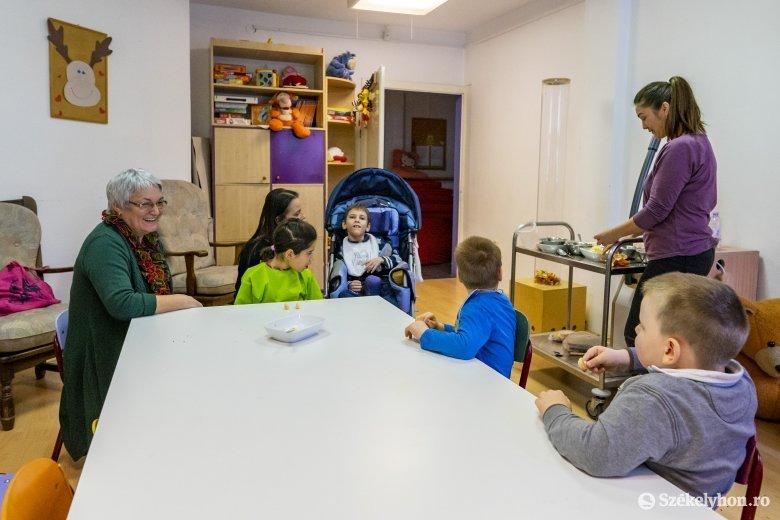 Autista gyerekekkel foglalkozó, segítő szakmákban dolgozók számára indítanak képzést