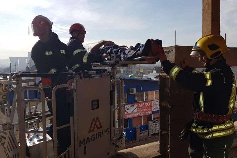 Tűzoltók hozták le a magasból a sérültet