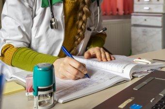 """Pluszpénz járhat a távgyógyászatért: kompromisszumos megoldás születhet a járvány elleni harcba """"bevetett"""" háziorvosok ügyében"""